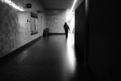 the last passenger arrives (Francisco (PortoPortugal)) Tags: 0552019 20170314fpbo5246edit bw nb pb blackandwhite pretoebranco monochrome monocromático undergroundstation interiores indoors lights shadows pessoas people urbanscapes urbanlife porto portugal franciscooliveira