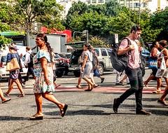 para todo lado (lucia yunes) Tags: cenaderua fotografiaderua fotoderua pernas movimento caminhada rua streetphoto streetshot streetscene streetlife streetphotography mobilephotography mobilephoto motoz3play lifeinstreet walk legs