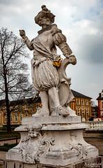 Statue Schlosspark Bruchsal (Fotopocke) Tags: statue white weis schloss bruchsal badenwuerttemberg park outside tree clouds baum wolken