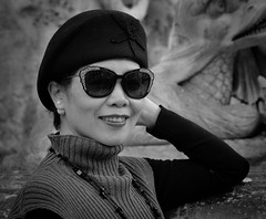 Big smile by the Trevis fountain (Nikonsnapper) Tags: olympus omd em1 zuiko 75mm beauty beret fashion pose bw street trevisfountain necklace sunglasses smile