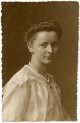 . (Kaïopai°) Tags: portraiture portrait female femme woman frau frow dame vintage muchere kleid frisur friseur lorenz hannover 1919