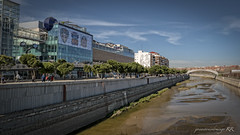 Madrid Río (José Antonio Domingo RODRÍGUEZ RODRÍGUEZ) Tags: person human water outdoors ditch handrail banister building architecture office canal nature urban road waterfront river walkway path city town flagstone madrid madridrío españa