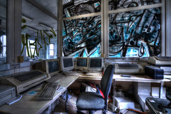 Le secrétaire s'appelle Shiva (urban requiem) Tags: urbex urban exploration urbanrequiem belgique belgië belgium verlaten verlassen abandonné abandoned abbandonato lost old decay derelict hdr sony alpha7ii chaudronnerie lachaudronnerie ordinateurs claviers graffiti computers pc