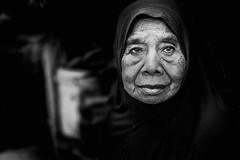 Déa (Sorong, Papouasie) (Ma Poupoule) Tags: noirblanc nb night nuit noir blackwhite biancoenero bianconero bw porträt portrait ritratti ritratto visage face asie asia papouasie papoua indonésie indonésia indonesia oldwoman woman
