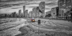 (071/19) Trabajo al amanecer (Pablo Arias) Tags: pabloarias photoshop ps capturendx españa photomatix nubes cielo arquitectura playaarena tractor mar agua mediterráneo cutout desaturadoselectivo levante benidorm alicante
