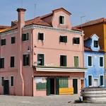 Les maisons de la place Baldassare Galuppi, Burano, lagune de Venise, Vénétie, Italie. thumbnail