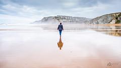 Paseante (Alberto Nalda) Tags: playa beach bruma mist arena sand agua water ola wave costa coast euskadi paísvasco euskalherria