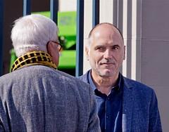 Leo Blokhuis even in Den Haag (Roel Wijnants) Tags: ccbync roelwijnants roelwijnantsfotografie roel1943 leoblokhuis journalist muziek popmuziek radioprogramma's schrijver tv medewerker top2000 dwdd 2019 absoluteleythehague hofstijl wandelen fietsen denhaag thehague leesdegebruiksvoorwaarden cityilove cityfolk