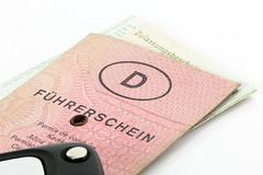 Führerschein und Fahrzeugschein (Tim Reckmann   a59.de) Tags: auto autofahren autoschlüssel fahrer fahrerin fahrerlaubnis fahrschule führerschein führerscheinumtausch kfz