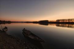 si fa sera (mat56.) Tags: paesaggi paesaggio landscapes landscape panorama fiume river po acqua water tramonto sunset sea evening barche boats pianura padana lombardia lodi lodigiano sennalodigiana alberi trees cortesantandrea antonio romei mat56