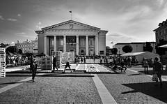 Vilnius / City Hall / Town Hall Square (Pantchoa) Tags: vilnius lituanie ville capitale hôteldeville place luttegrécoromaine compétition sport nuages ciel colonnes façade noiretblanc bw bn nb blancoynegro perpective palettes biancoenero drapeau personnes gens pavés