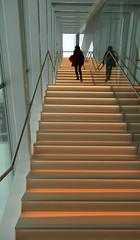 De pied en cap (Robert Saucier) Tags: québec quebeccity mnbaq musée museum escalier staircase personne people orange marches contreplongée img5267