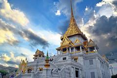 Wat Traimit, Bangkok. (Manoo Mistry) Tags: wattraimit buddhisttemple buddhist buddha bangkok thailand nikon nikond5500 tamron sky