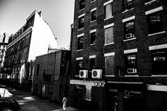New YorkBW0845 (schulzharri) Tags: new york usa black white schwarz weis wolkenkratzer hochhaus skyscraper architektur city stadt landstrase himmel gebäude einfarbig personen
