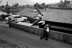 Street 733 (soyokazeojisan) Tags: japan city street people bw blackandwhite monochrome analog olympus om2 28mm film trix kodak memories 1970s