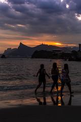 Praia de Icaraí - Niterói - RJ (mariohowat) Tags: niterói praiadeicaraí riodejaneiro natureza silhuetas brasil brazil canon6d sunset pôrdosol