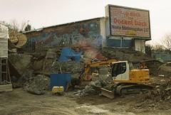 Grävskopa i Albano nedanför Midsommer madness (Linzen004) Tags: stockholm stockholmsuniversitet albano bygge grävskopa konst