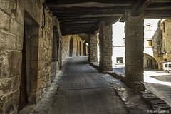 2737a  Una calle de Guimerá, Lleida (Ricard Gabarrús) Tags: calle porche columnas rue street pueblo villa aldea rural ricardgabarrus guimerá ricgaba olympus