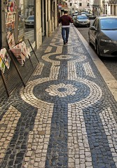 Caminante (carlos_ar2000) Tags: paseo walk walking hombre man calle street empedrado cobbled perspectiva perspective lisboa portugal