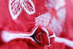Blouse en soie brodée avec bouton chinois (Christian Chene Tahiti) Tags: canon 6d macromondays cloth vêtement linge blouse bouton boutonchinois auckland blanc rouge red white couleur colour hmm macro nouvellezélande newzealand bokeh closer closeup soie veste