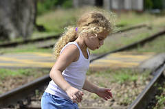 A menina da estrada de ferro (Márcia Valle) Tags: márciavalle nikon d5100 brasil minasgerais brazil verão summertime girl menina railroad estradadeferro