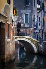 Gondolier sur Pont de Venise Italie (www.antoniogaudenciophoto.com) Tags: gondolier sur pont de venise italie antoni gaudencio