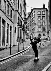 Lyon - L'art de descendre de la Croix-Rousse en skate. (Gilles Daligand) Tags: lyon rhône croixrousse rue pente skate descente noiretblanc bw monochrome