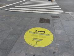 Prevención para peatones, Donostia, Euskadi (Jaime JB) Tags: geografíahumana humangeography urbangeography geografíaurbana espaciopúblico publicspace acera sidewalk granito pasodezebra crosswalk calle street advertencia warning movilidadurbana urbanmobility