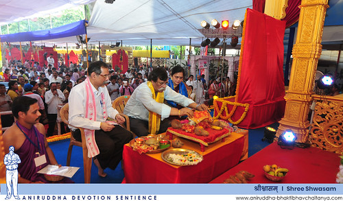 Sadguru Shree Aniruddha performing Shree Aadimata Saptachakra Swamini Poojan during Shree Shwasam | 'श्रीश्वासम्' मध्ये श्रीआदिमाता सप्तचक्र स्वामिनी पूजन करताना सद्गुरु श्रीअनिरुद्ध बापू