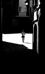 Paseando al sol. (Ricardo Pallejá) Tags: sun street rural priorat sombras luces silueta blancoynegro blackandwhite bw nikon lightroom urbana urban