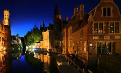 derniere vue avant de retrouver notre hôtel juste en face (buch.daniele) Tags: danielebuch bruges belgique canal barque nuit night nocturne architecture reflets couleurs eau