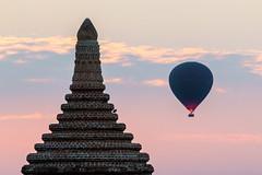 Montgolfière au-dessus des temples (Seb & Jen) Tags: bagan myanmar burma birmanie mandalayregion myanmarbirmanie oldbagan nyaungu royaumedepagan temple pagode pagoda sunrise soleil montgolfiere balloon bulethi