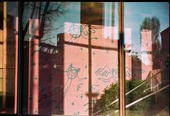André et reflets (herbdolphy) Tags: analog analogique argentique pellicule 35mm pentax p30n kodak portra streetart andre paris filmisnotdead filmphotography film graffiti
