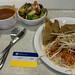 Vegane Samosaecken mit Reis und Sojasprossen an der deutschen Sporthochschule Köln mit Suppe und Salat