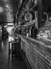 ...el café de las doce en punto... (puesyomismo) Tags: blanco negro barra cafe cafeteria bar ladrillo restaurante carretera reloj hombre desayuno