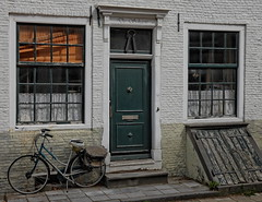 De Schaere (Digitalsucher) Tags: m43 mft digital urban old street netherland niederlande holland panasonic dmcgx7 gx7 dslm csc orange green grün door tür fahrrad bike bicycle lumix