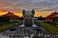 _01A3203 (Dream Delivered (Dreamer.Thanks for +6.000.000 vi) Tags: chiangkaishekmemorialhall kaws taiwan taipei people sunset sky
