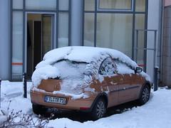 Winter vorm Haus (Seesturm) Tags: 2019 seesturm winter autumn park schnee snow fenster blick blicke freital sachsen saxony deutschland germany opel corsa