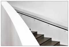 downward (frodul) Tags: architektur detail diagonale gebäude geländer gestaltung innenansicht linie kurve stair stairrail stairway step treppe hannover kunst sprengelmuseum caldersaal niedersachsen deutschland stufe downward abwärts