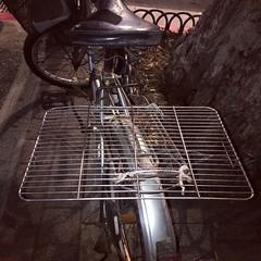 烤肉架? barbecue wire grid? #commute #commuter #bike #cycle #urbancycling #urbancyclist #urbancycle #taipei #taiwan #Bicycle #自行車 #單車通勤 (funkyruru) Tags: commute commuter bike cycle urbancycling urbancyclist urbancycle taipei taiwan bicycle 自行車 單車通勤