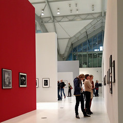 100 Jahre Leica - by iphone ([klauspeter]) Tags: charlotte iphone klauspeter januar january 2015 deichtorhallen leica fotographie photography 100jahre austellung exhibition showroom people visitors