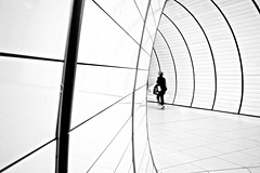 Underground (Rosetta Bonatti (RosLol)) Tags: germany monaco münchen munich rosettabonatti roslol underground münchen street streetphotography woman candid architecture lines bw blackandwhite biancoenero monochrome