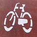 Fahrradsymbol in weiß auf rotem Fahrradweg
