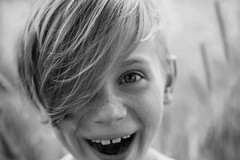 Im Kornfeld (NEVEZ P★) Tags: nevezphotography 50mm canon model dof berlin germany portrait fineart art childhood film kindheit blackandwhite bnw bw sw bokeh light contrast nature summer smile people field feld focus hair