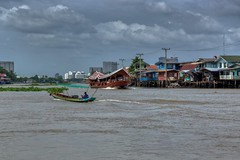 Boats on the Chao Phraya river near Koh Kret just north of Bangkok, Thailand (UweBKK (α 77 on )) Tags: boat river chao phraya water flow stream clouds grey sky houses waterscape urban city koh kret pak bangkok thailand southeast asia sony alpha 77 slt dslr