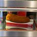 Kalfsvleeskroket holländische Krokette gefüllt mit Fleisch in Febo-Automaten-Imbiss