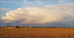 Una spruzzata di arcobaleno. (Maulamb) Tags: arcobaleno campi nuvole cascina tralicci