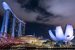 :-O (Rafael Zenon Wagner) Tags: o night nacht wolken clouds wolkenkratzer skyscraper mbs marinabaysands stahl steel beton concrete nikon d810 28mm