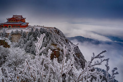Buddhist Heaven -Emei Shan- (Sichuan, China. Gustavo Thomas © 2018) (Gustavo Thomas) Tags: emeishan emeimountain mountain summit red china chinese asia asian buddhism buddhist heaven sky cielo clouds morning sunrise dawn nature travel trip heights sichuan winter cold nieve