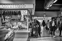 Jueves de mercadillo (Alejandro González i Mas) Tags: spain mercado street puesto bw babel jueves alicante sony50mmf14